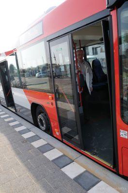 Makkelijk instappen bij een bushalte|bushalteband