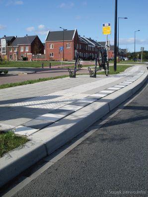 Busperron naast fietspad Laan van Broekpolder Heemskerk|HOV band|bushaltebanden