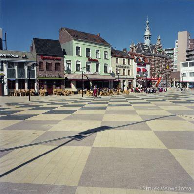 Vakken van uitgewassen betonstraatstenen op marktplein|bestrating marktplein