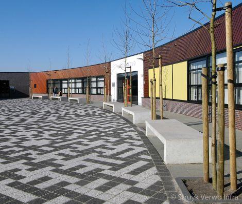 Betonnen banken op schoolplein|parkbank beton|parkmeubilair beton |buitenmeubilair beton|meubilair schoolplein