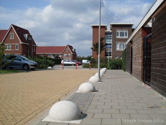 Betonnen bollen op stoep als antiparkeermaatregel