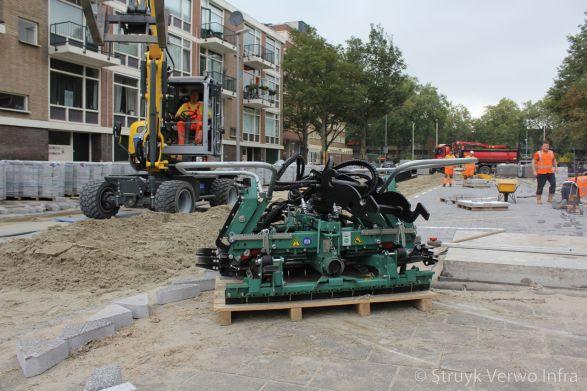 Machinaal verleggen van H2O stenen in Hoogvliet Rotterdam