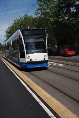 Rijbaanscheiding tram en lijnbus in Amsterdam