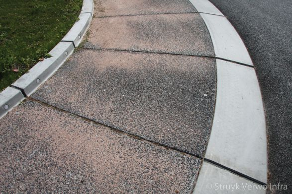 Prefab beton middeneiland met rammelstrook