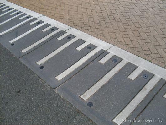 Prefab verkeersdrempels met witte betonmarkering