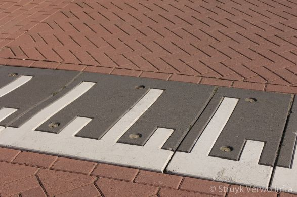 Prefab verkeersplateaudrempels met witte SVT-markering