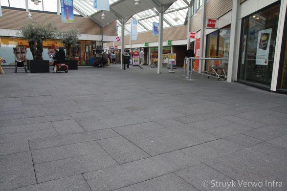 Grootformaat stenen in wildverband in winkelcentrum|kleurvaste betonklinkers