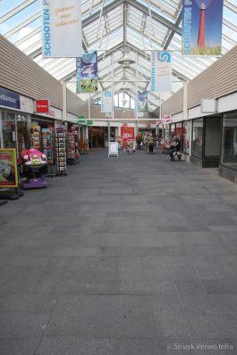 Wildverband betonstraatstenen gewassen in winkelcentrum