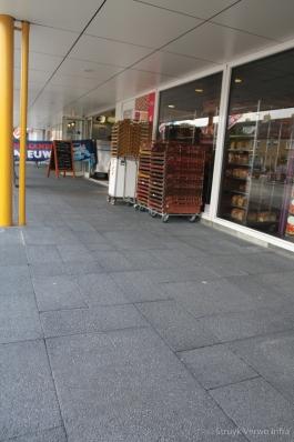 Wildverband van grootformaat stenen in winkelcentrum