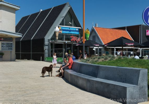 Zitrand van beton op dorpsplein Callantsoog