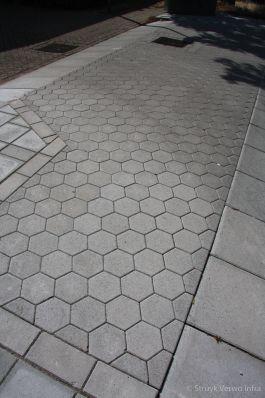 Zeskanttegels 20/17x10 toegepast in uitritconstructie toegangsweg