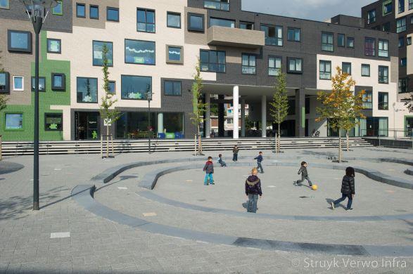 Betonnen trapelement rondom plein