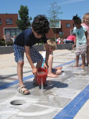 Watertegel op schoolplein Basisschool Noordrijk Bongerd Amsterdam|natuurlijk speelelementen
