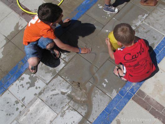 Tegels met gootjes voor water|watertegels