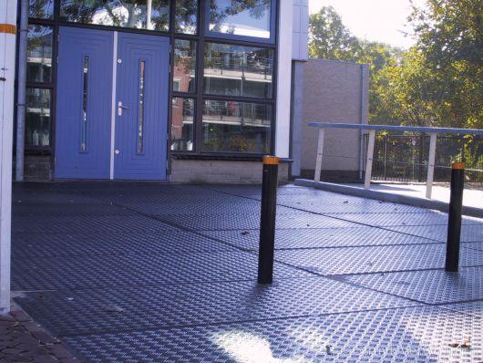 Vloerplaat traanmotief bij entree schoolgebouw