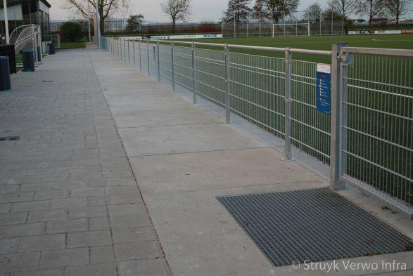 Schoonlooprooster langs sportveld|Schoonloopplaat