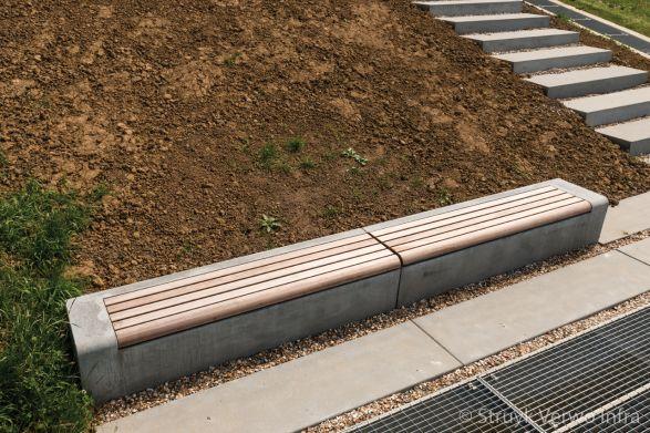 Betonnen zitelement met houten zitting|seat|Balkon aan de Maas