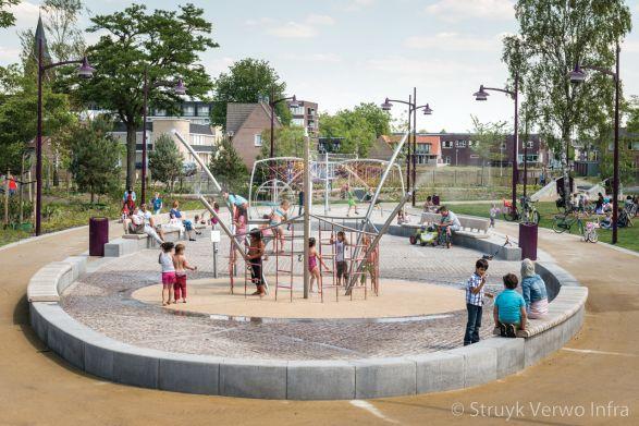 Betonnen zitbanden rondom speeltuin|parkbanden beton