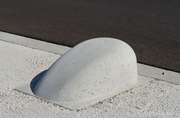 Betonnen schampblok rond