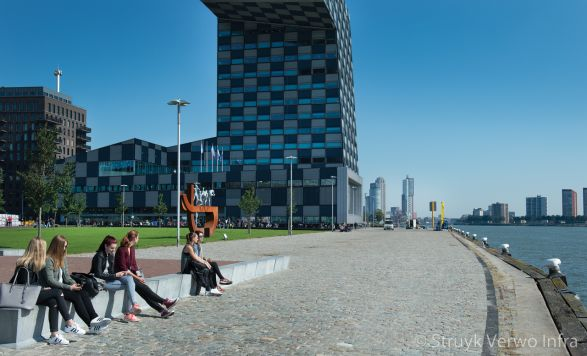 Zitband op de Lloydpier Rotterdam|zitranden beton|parkbanden beton
