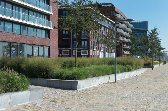 Betonnen banden om groeneiland|kantopsluiting beton|groenplint beton