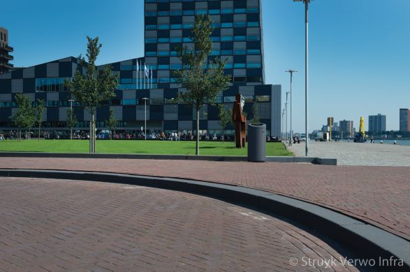 Brede trottoirband aan de Lloydpier in Rotterdam|anti parkeerband|zware trottoirband