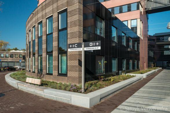 Zitelementen van beton langs kantorencomplex Bolduc in den Bosch