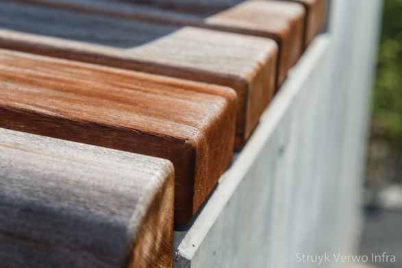 Hardhouten zitting op betonnen zitelement