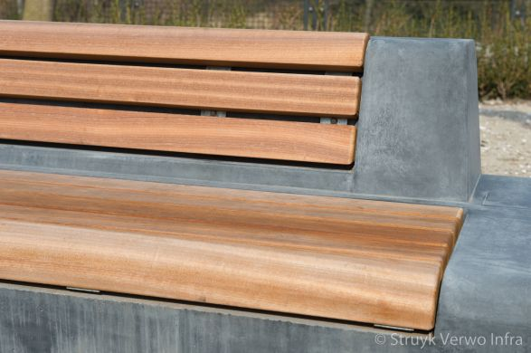 Betonnen zitelement met rug en houten zitting|parkmeubilair beton