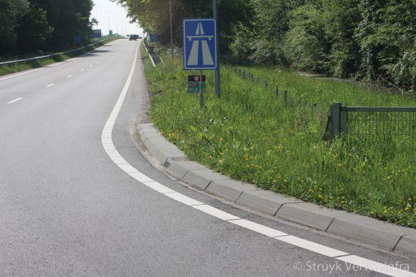 Brede geleideband oprit autosnelweg