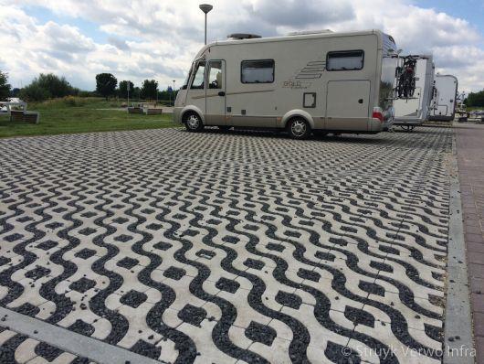 Groenbestrating op parkeerplaats voor campers