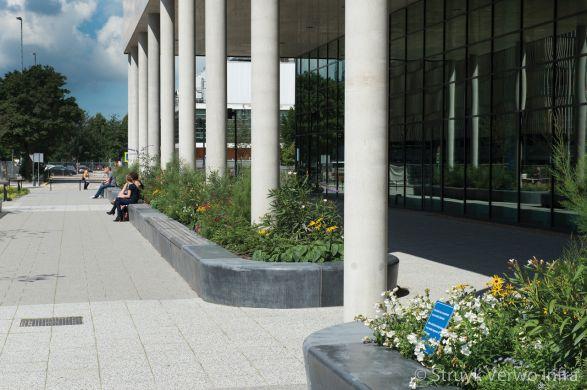 Zitelementen voor ingang ziekenhuis|parkbanden beton