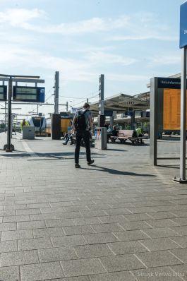 Groen uitgewassen bestrating op perron|straatstenen beton