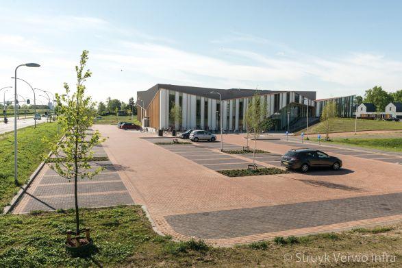 Waterdoorlatende straatstenen toegepast op parkeerplaats 't Anker te Zwolle