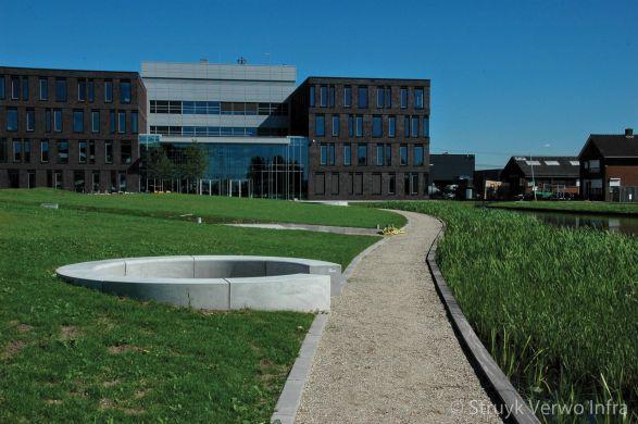 Betonnen zitelement in een kring|campus Barendrecht|inrichting buitenterrein
