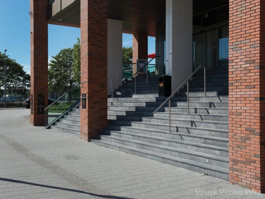 Grijze uitgewassen tegel|traptreden