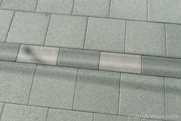 Zwarte witte belijning in bestrating gestraalde betontegels