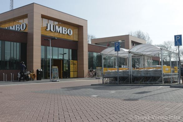 Parkeerterrein supermarkt met waterpasserende bestrating