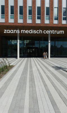 Stroken grijs en witte uitgewassen bestrating voor Zaans Medisch Centrum|inrichting buitenterrein