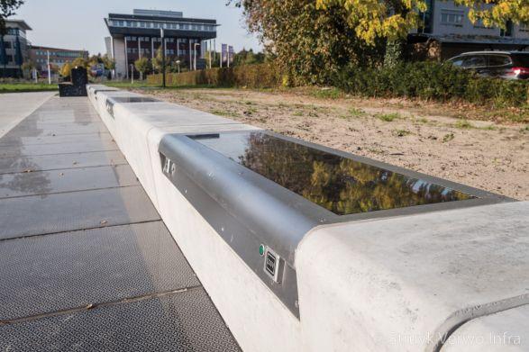 Slagvast zonnepaneel met RVS frame in betonnen zitbank|duurzame energie met buitenmeubilair