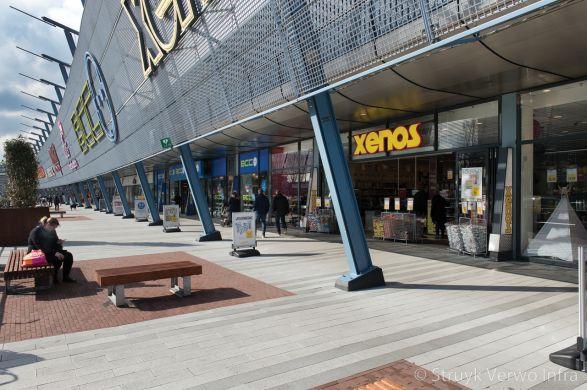 Winkelcentrum Alexandrium|lijnenspel in bestrating|strokenverband|geslepen bestrating|gestraalde bestrating