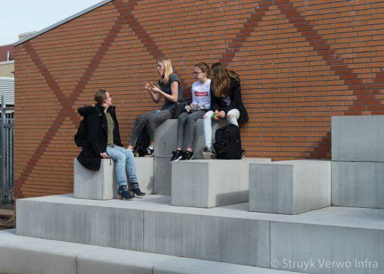 Inrichting schoolplein|betonnen prefab zitelementen|VMBO Compaen Zaanstad