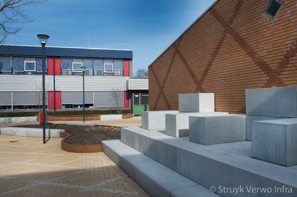 zitelementen op een schoolplein|VMBO Compaen Zaanstad