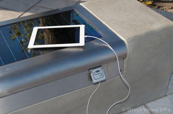 USB aansluiting met zonnepaneel in betonnen bank|Project N211