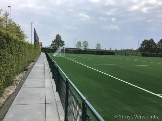 Vloerplaat rondom sportvelden|opsluitplaat|vloerpalat met opstaande rand