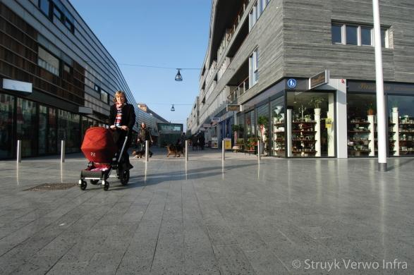 Geslepen betonstraatstenen in winkelstraat