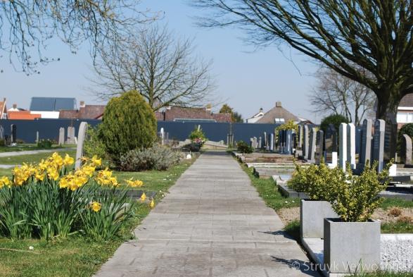 Figuratieplaat met tegelmotief op begraafplaats