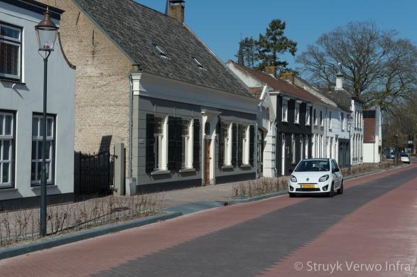 Sfeervolle dorpstraat met stille straatstenen