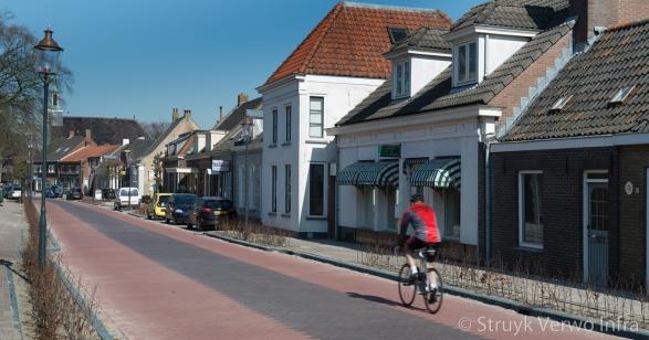 Sfeervolle hoofdstraat met stille straatstenen
