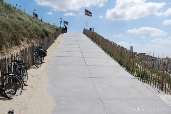 Strandopgang uitgevoerd met vloerplaten